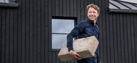 Le météorologue néerlandais G. Hiemstra présente sa maison zéro carbone