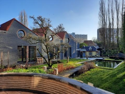 Bij renovatie nieuw kantoor kiest BAST Architects & Engineers voor kalkhennepblokken en renovatie van binnenuit